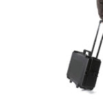 uomo con valigia per bonifica