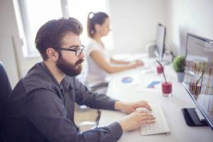 operatori di bonifica ambientale al lavoro in ufficio